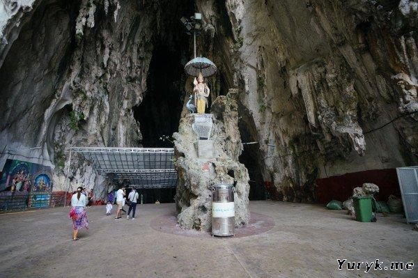 Пещеры Бату - вход в Храмовую пещеру