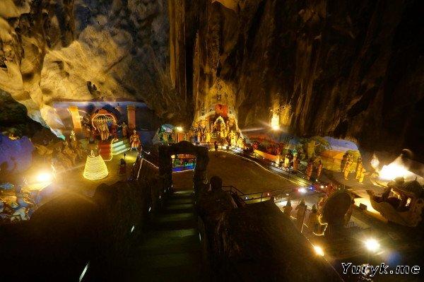 Обхорный вид внутри пещеры Рамаяна