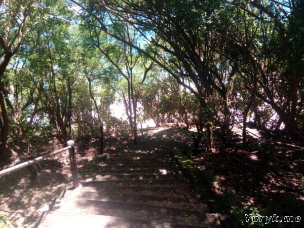 Спуск к пляжу Pantai Gunung Payung