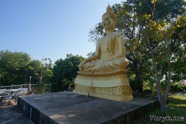 Белая Пагода Лаем Сор на холме - статуя Будды
